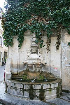 fontaine et la statue de Nostradamus