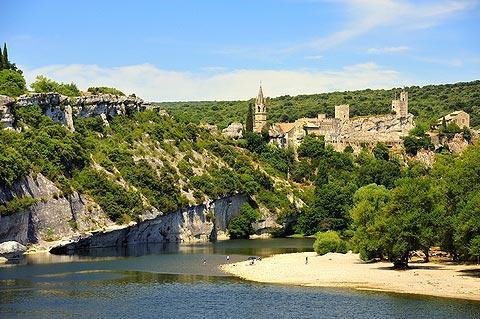 """Aiguèze, Тематический маршрут """"Скалы - окрестности Оранжа"""": пещеры, ущелья и горы вокруг Оранжа, достопримечательности Прованса, поездки в окрестностях Оранжа, куда поехать из Оранжа, куда съездить из Оранжа, куда схездить из Авиньона, маршруты по Провансу, поездки по Провансу, Прованс, Франция, достопримечательности, куда съездить из Оранжа, маршруты из Оранжа, туристические маршруты с картами Прованс, Франция"""