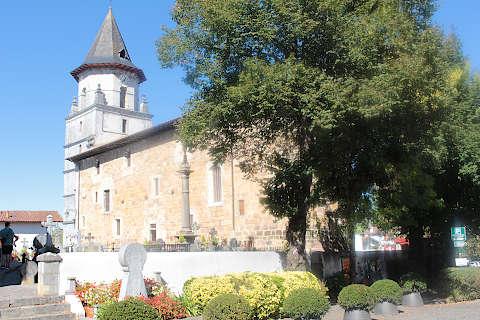 église au centre d'Ainhoa