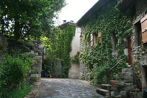 maisons anciennes dans le centre d'Alba-la-Romaine