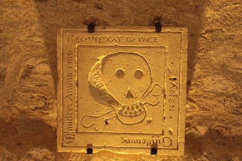 Pierre commémorative à la collégiale Saint-Martin d'Angers
