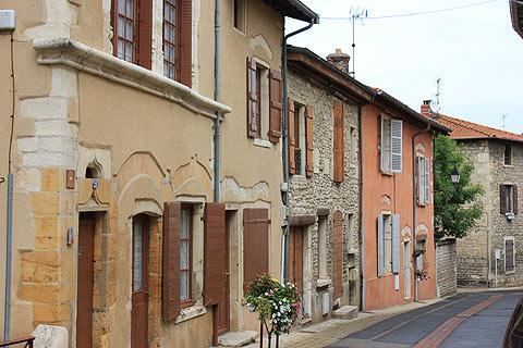 Jolies maisons le long d'une rue au centre du village d'Anse