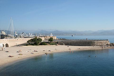 Plage de la Gravette in center of Antibes