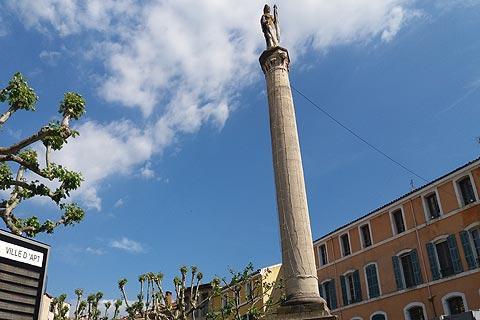 Statue monument au centre d'Apt