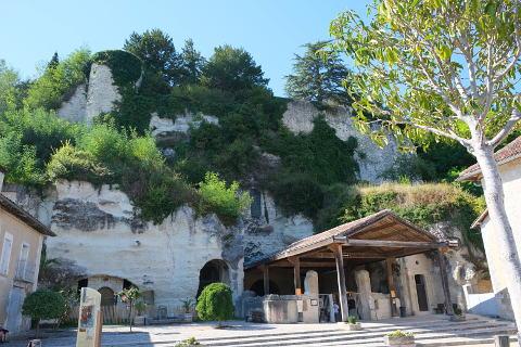 Entrée à l'église monolithique à Aubeterre-sur-Dronne