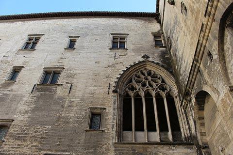 Grand cour au Palais des Papes à Avignon
