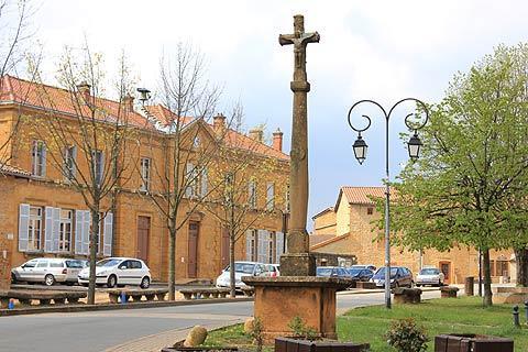 croix de 1804 sur la place principale de Bagnols