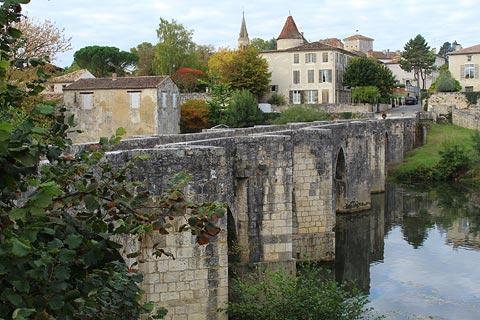 Pont romain et le village de Barbaste