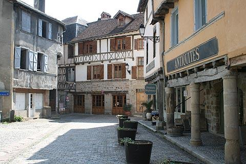 petite place à Beaulieu-sur-Dordogne