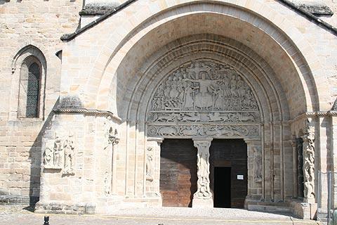 façade de l'église de style roman à Beaulieu-sur-Dordogne