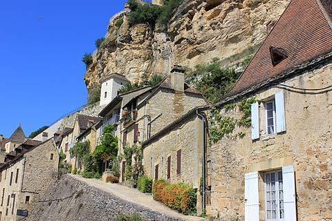 Rue en pente à travers le centre du village de Beynac