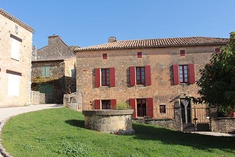 Maison en pierre au centre du village de Biron