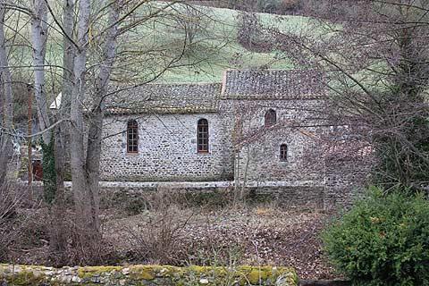 Eglise entourée d'arbres dans le village de Blesle