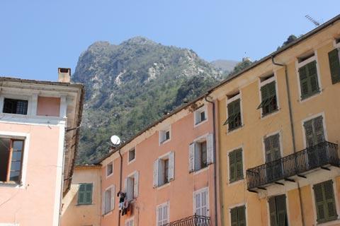 Montagnes derrière la ville