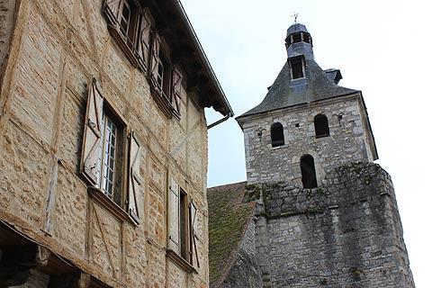Eglise et maison médiévale