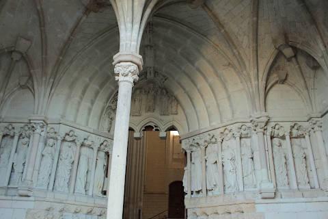 À l'intérieur du porche de l'église