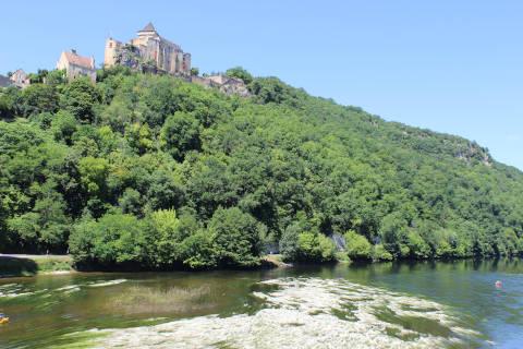 Plage sur la Dordogne au-dessous le Chateau de Castelnaud