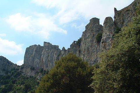 Château Peyrepertuse le long des falaises