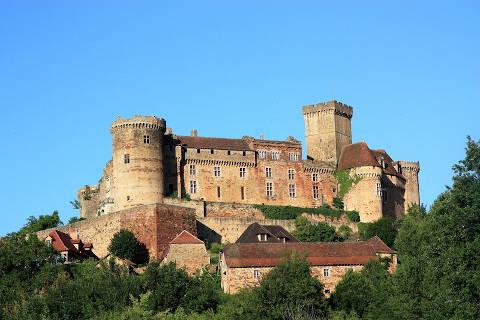 Le château de Castelnau-Bretenoux vu du village