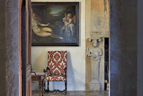 Salon et mobilier à l'intérieur du château de Bournazel