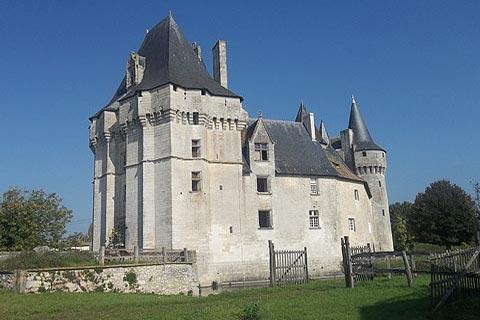Château de Cherveux vu de champs adjacents
