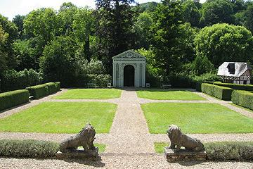 Pelouse attrayante et pavillon de jardin