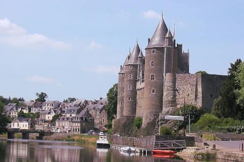 View of the Oust river and Josselin castle