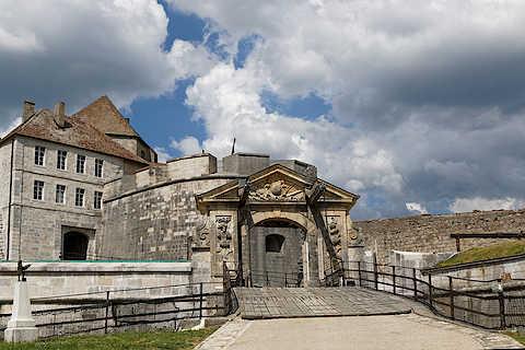 Entrée de style classique au Château de Joux