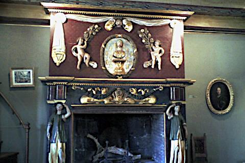 Cheminée dans le grand salon du Château de Val