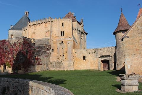 Main courtyard in centre of Biron castle