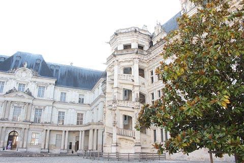 Cour et escalier du château de Blois
