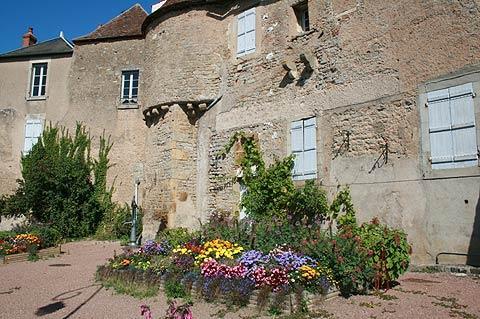 Maisons anciennes en pierre à Corbigny