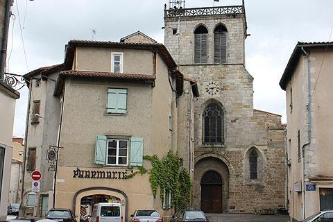 Eglise dans le centre du village Courpière