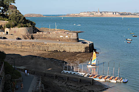 Vue de Saint-Malo à travers le port de Dinard
