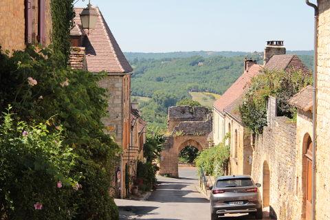 Rue escarpée menant à la porte fortifiée de Domme