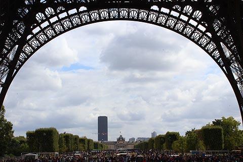 vue le long du Champ de Mars de la Tour Eiffel
