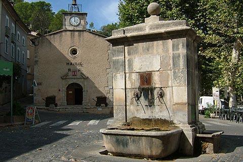 fontaine et église du 12ème siècle