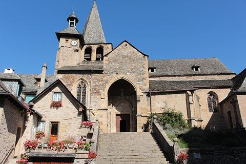 Église au centre du village d'Estaing