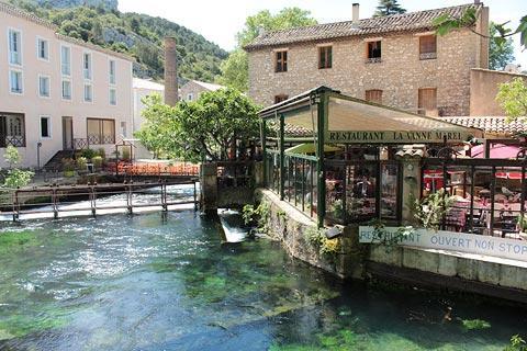 Rivière et café au centre de Fontaine-de-Vaucluse