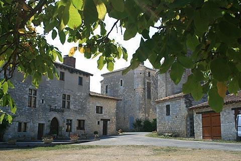 remparts au centre du village de Frespech