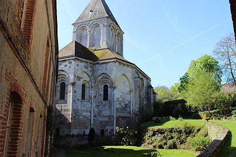 Approche de l'église au coeur du village