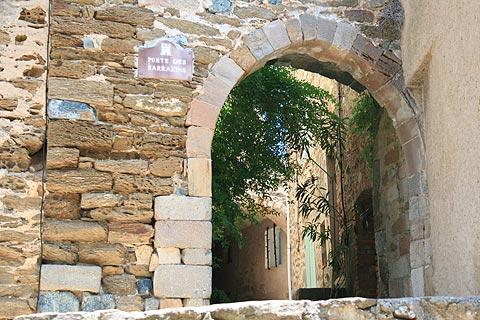 arche de pierre dans le village historique de Gassin