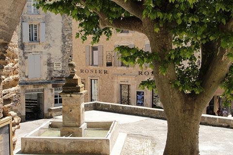 Fontaine en place principale à Gordes
