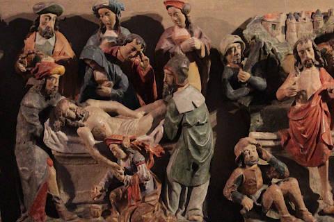 Détail gros plan de la sculpture de la mise au tombeau dans la basilique de Guingamp