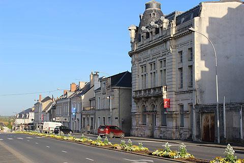 Boulevard sur le bord de la ville