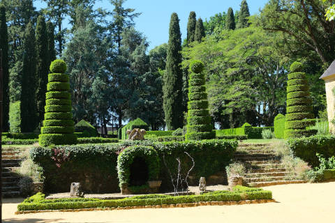 Hedges in the courtyard of the Manoir d'Artaban
