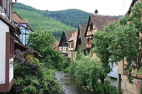 maisons le long de la rivière