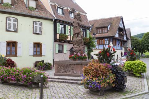 Place Lt Dutilh et statue allégorique à Kintzheim