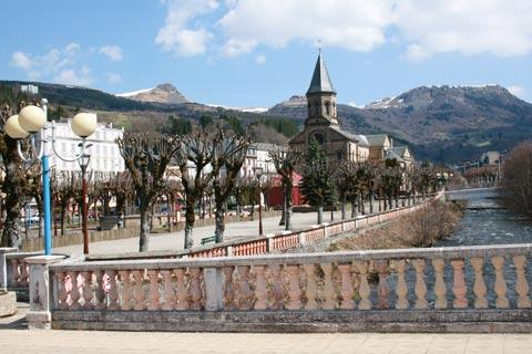 Vue sur le fleuve dans le centre-ville de La Bourboule