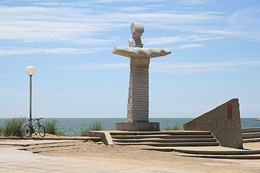 Statue à côté de la plage à la Grande-Motte